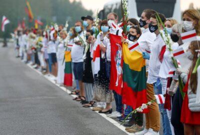 """[Zdjęcie: Litewski """"żywy łańcuch"""" w proteście przeciwko wynikom wyborów na Białorusi; INTS KALNINS/Reuters/Forum]"""