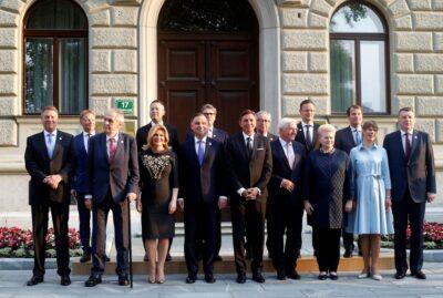 """[Zdjęcie: """"Family photo"""" podczas spotkania przedstawicieli państw TSI w Ljubljanie w 2019 r.; Borut Zivulovic/Reuters/Forum]"""